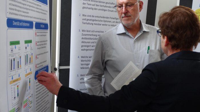 Diskussion um spezifische Fragen zur Forschung zwischen Prof. Dr. Brigitte Petersen und Paul Kröfges vom BUND NRW e.V.