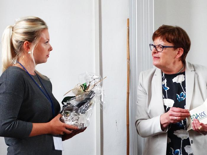 """Frau Julia Boothe erhält die Auszeichnung """"Beste Jahrgangs-Masterarbeit 2018/2019"""" von Prof. Dr. Brigitte Petersen."""