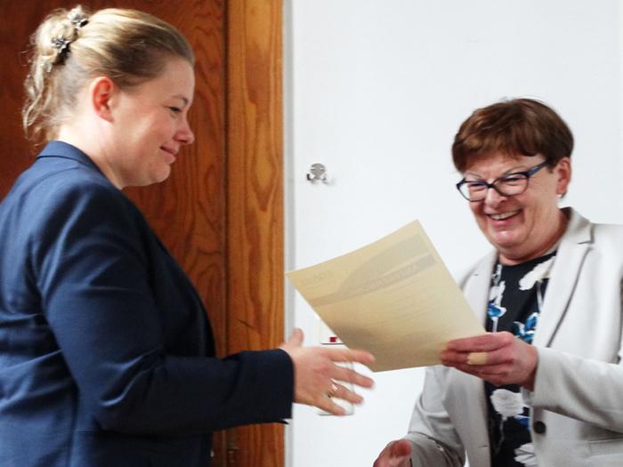 """Prof. Dr. Petersen überreicht die """"Anerkennung als EQAsce-Dozentin"""" an Frau Dr. PD Julia Steinhoff-Wagner."""