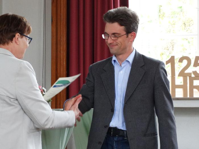 Herr Dr. Andriy Kubarenko erhält die Urkunde für die Anerkennung als EQAsce-Dozent.