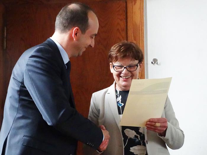 Prof. Dr. Brigitte Petersen überreicht Herrn Dr. Thorsten Klauke die Urkunde als EQAsce-anerkannter Betreuer für außeruniversitäre Praktika. Herr Dr. Klauke kommt von der Landwirtschaftskammer des Landes NRW.
